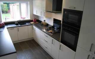 Дизайн белой кухни с черной столешницей; идеи сочетания с фартуком и обустройство интерьера