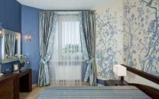 Серо голубые обои в дизайне комнаты