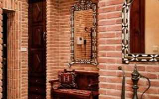 Декоративные кирпичики в интерьере коридора