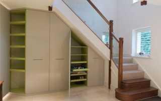 Пространство под лестницей в загородном доме: идеи