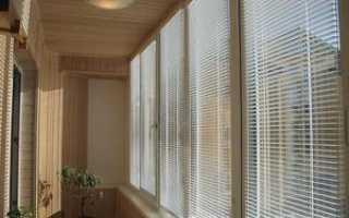 Какие выбрать жалюзи на окна балкона: фото удачных вариантов